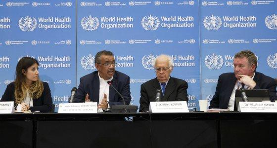Tedros Adhanom Ghebreyesus (2. vl) Generaldirektor der Weltgesundheitsorganisation (WHO), Maria van Kerkhove (links) Leiterin der Abteilung AI Emerging Dieseases and Zoonoses, Didier Houssin (2. vr), Vorsitzender des Notfallkomitees, und Michael Ryan (rechts), Exekutivdirektorin des WHO-Programms für gesundheitliche Notfälle, informierten die Medien nach der ersten Sitzung des WHO-Notfallkomitees zum neuartigen Coronavirus (2019-nCoV) bei einer Pressekonferenz am 22. Januar 2020 im Hauptsitz der WHO in Genf. /picture alliance