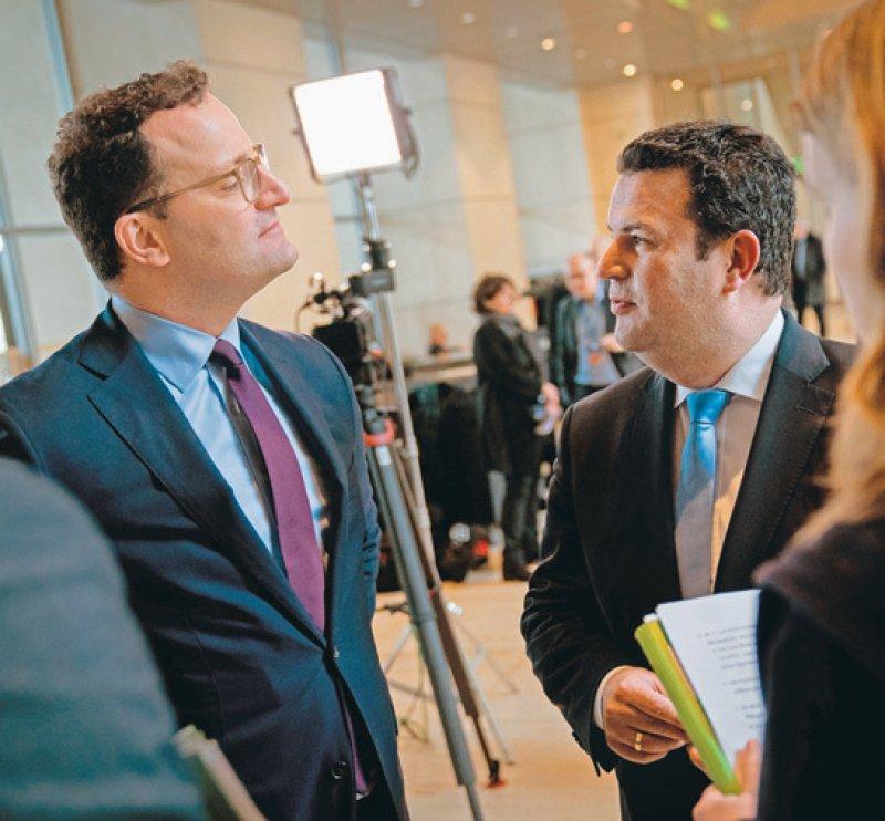 Gespräch im Bundestag: Die Bundesminister Jens Spahn (CDU, links) und Hubertus Heil (SPD). Foto: picture alliance/Kay Nietfeld/dpa