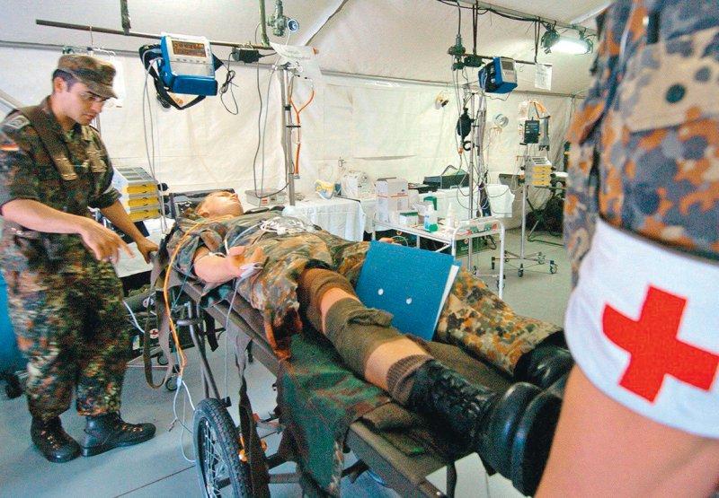 Von der Erfahrung der Bundeswehrärzte lernen: Gefäßchirurgen wollen sich zur Versorgung bei Schussverletzungen austauschen. Foto: picture alliance/ZB