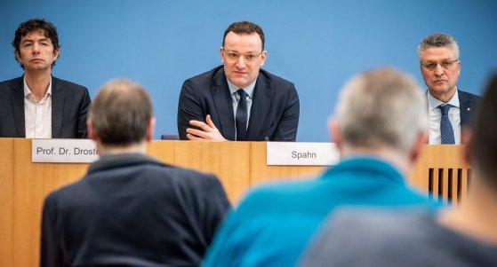 Jens Spahn (CDU, mitte) spricht bei einer Pressekonferenz zur weiteren Entwicklung der Coronavirusinfektionen. Lothar H. Wieler (rechts) und Christian Drosten (links) / pictire alliance
