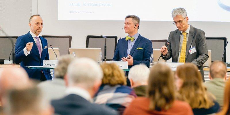 Im Grundsatz einig: Stephan Hofmeister (links) und André Gries (rechts) bei der kontroversen Mittagspause, in der Mitte Moderator Denis Nößler. Foto: Georg J. Lopata