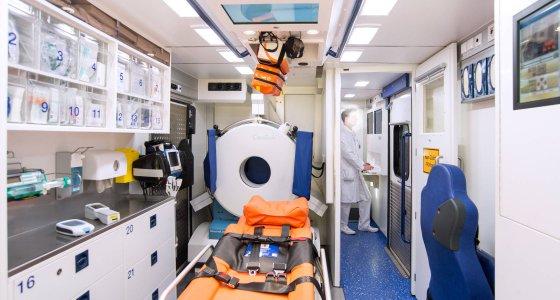 Die Mobilen Stroke Units sind mit einem Computertomographen, einem Mini-Labor und einem auch als Notarzt ausgebildeten Neurologen technisch und personell für die Diagnostik und Behandlung von Schlaganfallpatienten ausgerüstet. /Unfallkrankenhaus Berlin