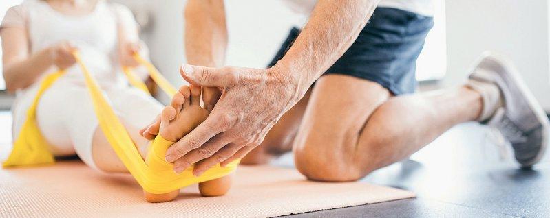 Durch medizinische Rehabilitation sollen Arbeitnehmer länger berufstätig bleiben können. Foto: Halfpoint/stock.adobe.com