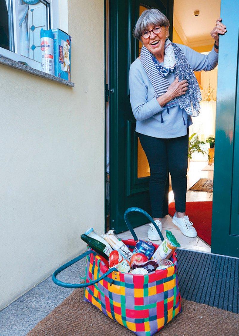 Einkäufe vor der Tür abstellen, ist ein Weg, Älteren zu helfen und sie zugleich vor einer möglichen Ansteckung zu schützen. Foto: picture alliance/Roland Weihrauch/dpa