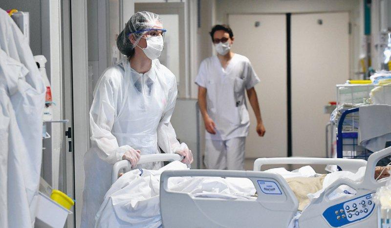 Eine COVID-19-Erkrankung kann für Mitarbeiter von Gesundheitsberufen als Berufskrankheit anerkannt werden. Foto: picture alliance/dpa/MAXPPP/Marc Demeure