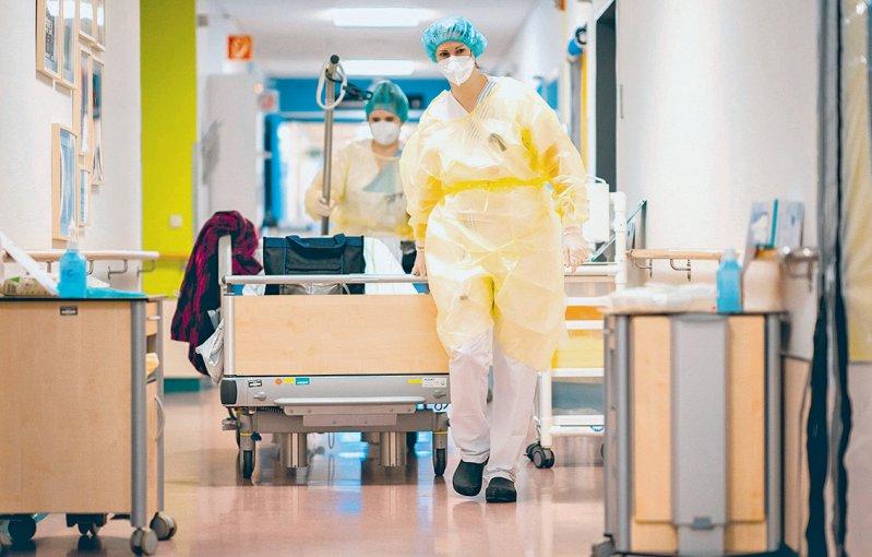Die Empfehlungen erweitern die bisherige intensivmedizinische S1-Leitlinie um den gesamtstationären Bereich. Foto: corona/picture alliance/dpa/Kay Nietfeld