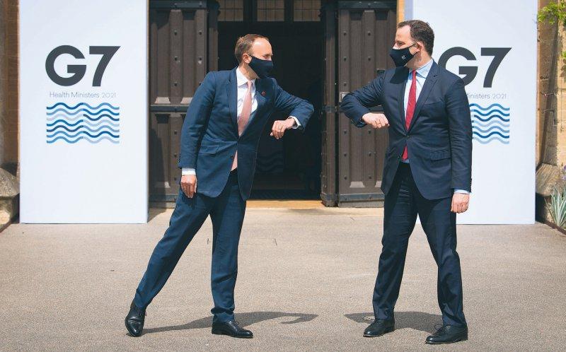 Pandemiegruß: Der britische Gesundheitsminister Matt Hancock heißt seinen deutschen Amtskollegen Jens Spahn willkommen. Foto: picture alliance/empics/Stefan Rousseau