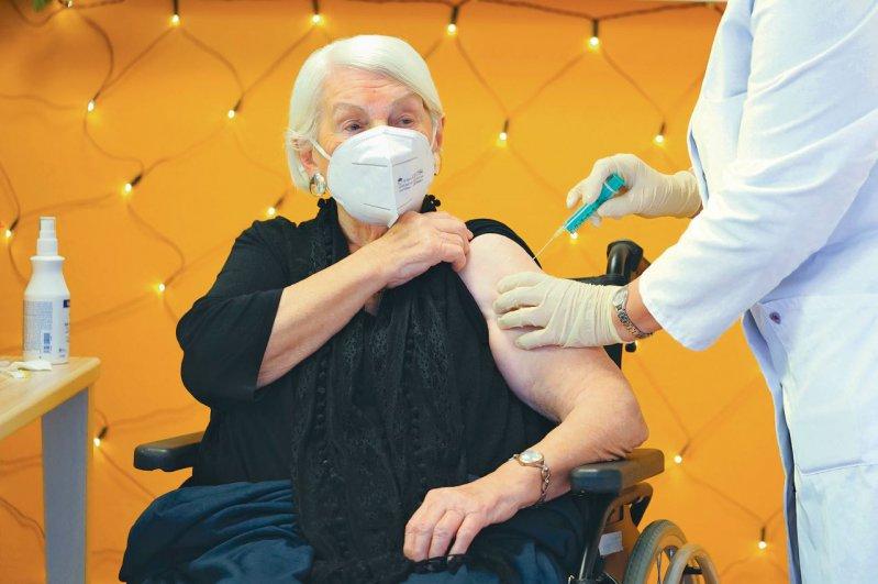Impfstart in Köln: Gertrud Vogel, 92-jährige Pflegeheimbewohnerin, erhält den Impfstoff von BioNTech/Pfizer. Foto: picture alliance/Flashpic/Jens Krick