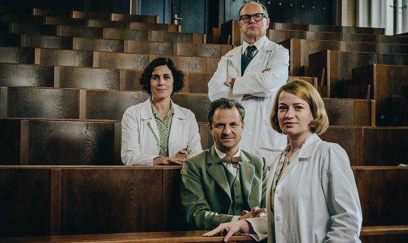 """Die dritte Staffel der Serie """"Charité"""" schlägt ein neues Kapitel der Medizingeschichte auf und spielt dieses Mal zu Zeiten des Mauerbaus. Foto: ARD/Stanislav Honzik (S2)"""