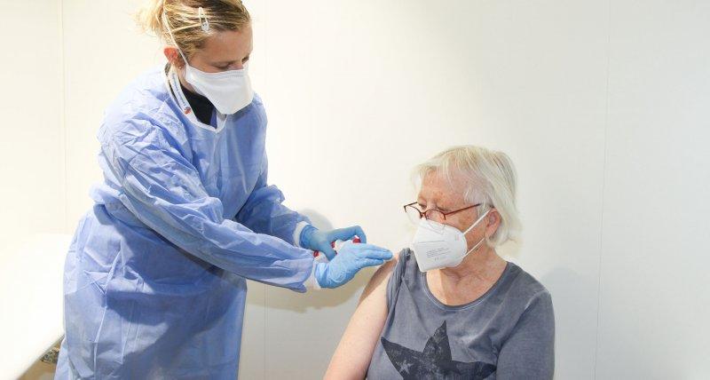 England: Impfstoffe von Astrazeneca und Biontech bei Senioren gleich gut wirksam