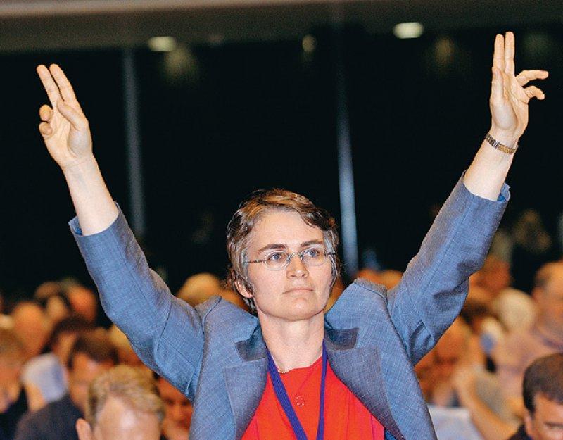 Engagiert: Heidrun Gitter bei einer Abstimmung beim 107. Deutschen Ärztetag in Bremen 2004. Foto: Bernhard Eifrig