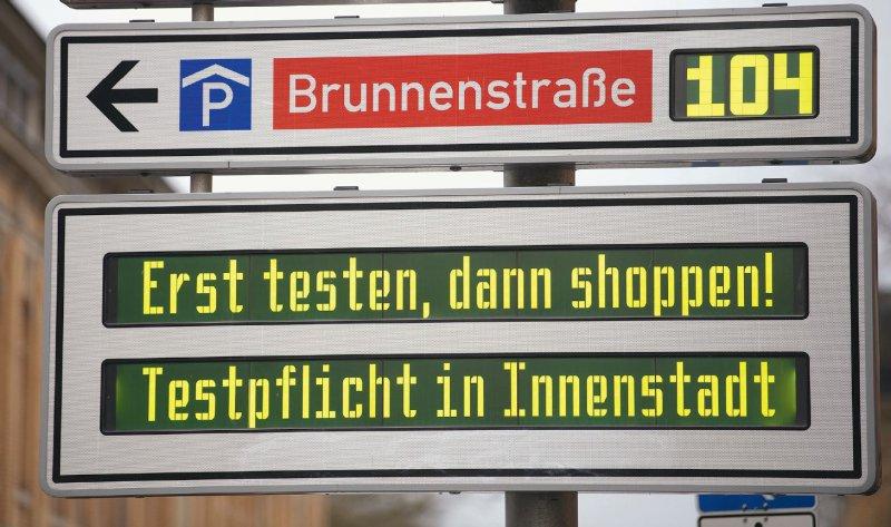 """Tübinger Innenstadt: Eine Anzeigetafel weist auf die Testpflicht im Rahmen des Modellprojekts """"Öffnen mit Sicherheit"""" hin. Foto: picture alliance/dpa"""
